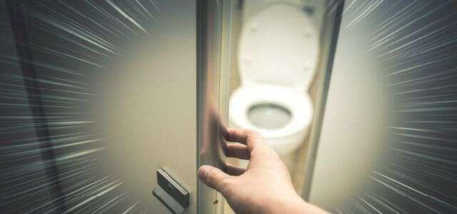 「男子トイレが空いてないから女子トイレ入ろ。」これは罪に問われる?