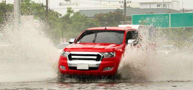 車に水をかけられ衣服が泥まみれに…クリーニング代を請求できる?