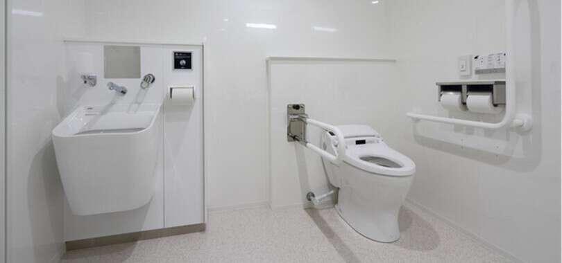 多機能トイレの目的外利用の違法性とは? 迷惑な性地巡礼者は「営業妨害」で訴えられる?